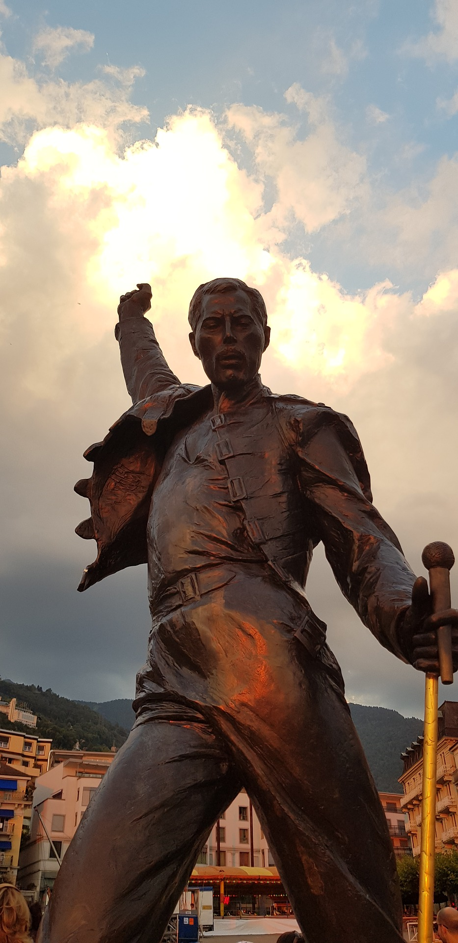 This bronze statue of Freddie Mercury has been at the lakeside promenade in Montreux since 1996 in his memory. In 1978, the singer came to the Montreux Jazz Festival to record the album 'Jazz' with Queen. He fell in love with Montreux and Lake Geneva and decided to settle there.
